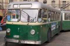 L'homme présente le vieux trolleybus à Valparaiso, Chili Image libre de droits