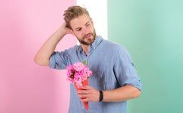 L'homme prêt pour la date apportent les fleurs roses Date de attente de bouquet sûr de prises d'ami Le type apportent agréable ro Photographie stock