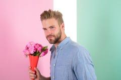 L'homme prêt pour la date apportent les fleurs roses Date de attente de bouquet sûr de prises d'ami Les meilleures fleurs pour el Image libre de droits
