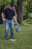 L'homme prenant des déchets avec prennent l'outil Images libres de droits