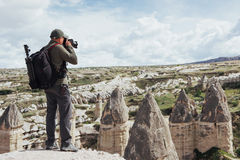 L'homme prend des photos des montagnes d'altitude d'amour de vallée Cappad Photo libre de droits