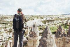 L'homme prend des photos des montagnes d'altitude d'amour de vallée Cappad Image stock