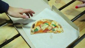 L'homme prend le dernier morceau de pizza au déjeuner Inégalité de genre déception clips vidéos