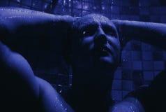 L'homme prennent une douche photos stock