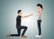 L'homme proposent à sa amie Photographie stock libre de droits