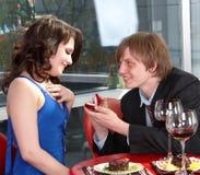 L'homme proposent le mariage à la fille. Image stock