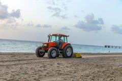L'homme prépare la plage dans le début de la matinée Images libres de droits