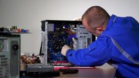 L'homme qualifié de spécialiste installent le plat de mémoire de RAM sur l'ordinateur de bureau banque de vidéos