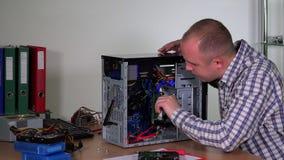 L'homme qualifié de travailleur de service informatique enlèvent et examinent le plat de mémoire de RAM banque de vidéos