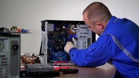 L'homme qualifié enlèvent la mémoire de RAM de la carte mère d'ordinateur banque de vidéos