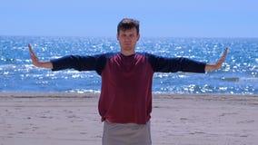 L'homme réchauffe sur la plage avant pratique en matière de yoga clips vidéos