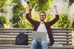 L'homme réussi heureux avec des bras a augmenté dans le ciel photo libre de droits