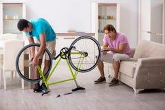 L'homme r?parant sa bicyclette cass?e photographie stock