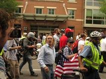 L'homme raciste hurle aux counterprotesters à la protestation alt-droite photographie stock libre de droits