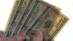 L'homme raconte l'argent dans des ses mains banque de vidéos