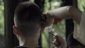 L'homme reçoit un nettoyage usuel d'oreille de Chengdu banque de vidéos
