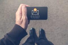 L'homme a reçu le message électronique sur le smartphone mobile Photographie stock libre de droits