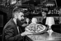 L'homme a re?u la pizza d?licieuse Concept de repas de fraude Nourriture pr?f?r?e de restaurant de pizza Pizza chaude fra?che pou photos libres de droits