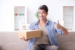 L'homme recevant le colis à la maison photographie stock