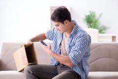 L'homme recevant le colis vide avec les marchandises volées images libres de droits