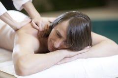 L'homme recevant le massage détendent la demande de règlement Photo libre de droits