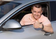 l'homme recommande une voiture images stock