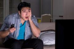 L'homme regardant la télévision 3d tard la nuit Photographie stock