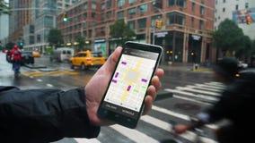L'homme regarde le tour partageant des profils de trafic sur Smartphone banque de vidéos
