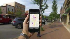 L'homme regarde le tour partageant des profils de trafic sur Smartphone en petite ville clips vidéos