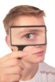 L'homme regarde par la loupe Image stock