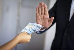 L'homme rejetant l'argent péruvien a offert par une femme photos libres de droits