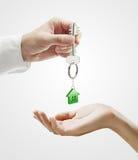 L'homme remet une clé de maison à un femme Photo libre de droits