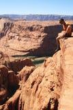 L'homme repose le bord de falaise Image stock