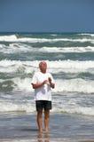 L'homme reste dans l'océan, priant Photographie stock libre de droits