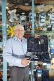L'homme retient la trousse d'outils automobile de rectification image stock