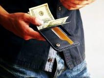 L'homme retire un portefeuille avec 100 dollars images libres de droits