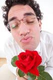 L'homme romantique avec s'est levé donnant un baiser Photos stock