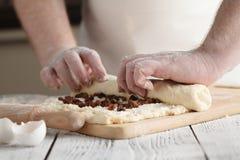 L'homme roule des recettes faites main de nourriture de série de la pâte de compressions Image stock