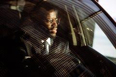 L'homme sérieux élégant africain bel conduit une voiture images libres de droits