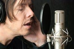 L'homme sérieux enregistre Vocals dans Stuio Photos stock
