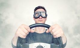 L'homme sûr dans les lunettes élégantes avec le volant, fument autour Front View concept de conducteur de voiture photos stock