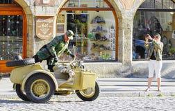 L'homme s'élève dans la moto et le sidecar de la deuxième guerre mondiale de cru photographie stock libre de droits