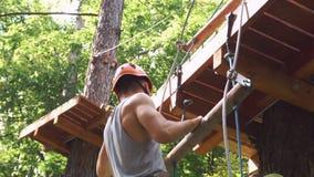 L'homme s'élève sur les cordes en parc de divertissement clips vidéos