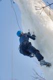 L'homme s'élève vers le haut sur la concurrence s'élevante de glace Photographie stock