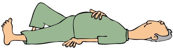 L'homme s'étendant dessus soutiennent avec des yeux fermés Image stock