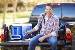L'homme s'asseyant dedans prennent le camion des vacances de camping Photo libre de droits