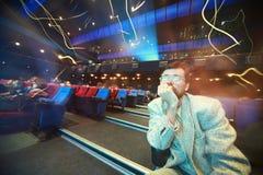 L'homme s'assied dans le cinéma Photographie stock