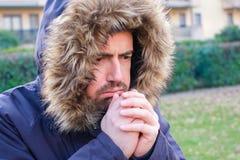 L'homme s'est habillé dans l'habillement chaud pour se protéger contre le weathe froid photos stock