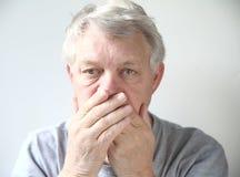 L'homme s'est inquiété de son mauvaise haleine Photographie stock libre de droits