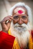 L'homme saint de Sadhu sur Dashashwamedh Ghat est la canalisation et le ghat probablement le plus ancien de Varanasi a placé sur  photographie stock